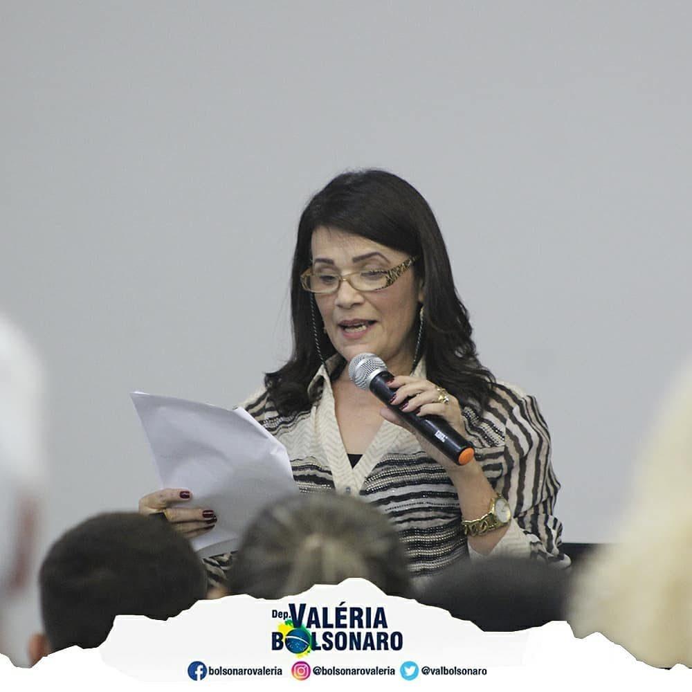 Deputada Valéria Bolsonaro esclarece dúvidas de pais de Campinas sobre implantação de escola cívico-militar